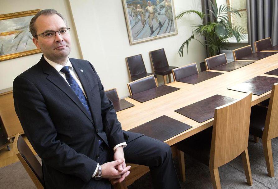 Puolustusministeri Jussi Niinistö (sin.) nimitti perustuslakiasiantuntijoita talebaneiksi, jotka ovat saaneet tiedustelulakien osalta tahtonsa läpi kansanvallasta piittaamatta.
