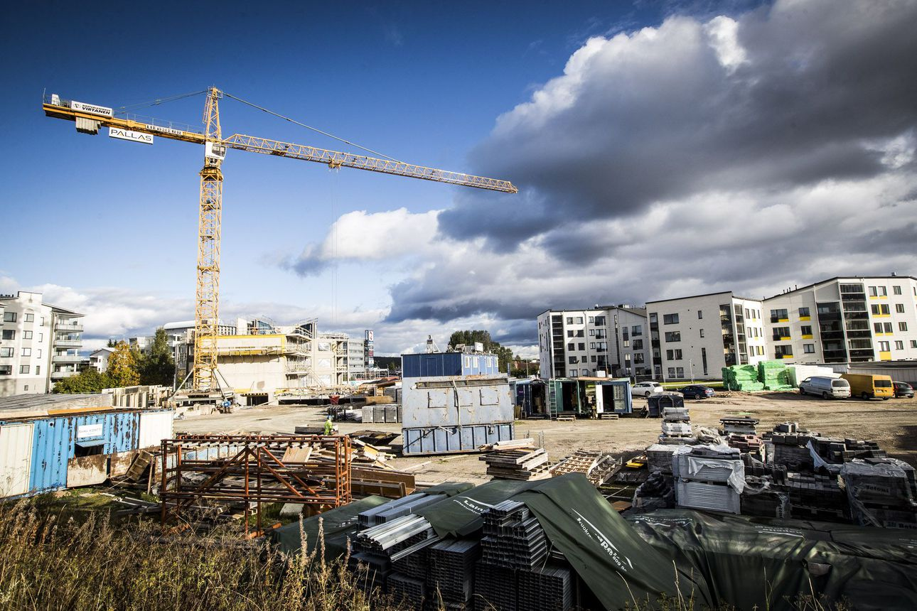 Pertti Yliniemen Pallas Rakennus rahavaikeuksissa etelässä, Lapissa rakentaminen jatkuu