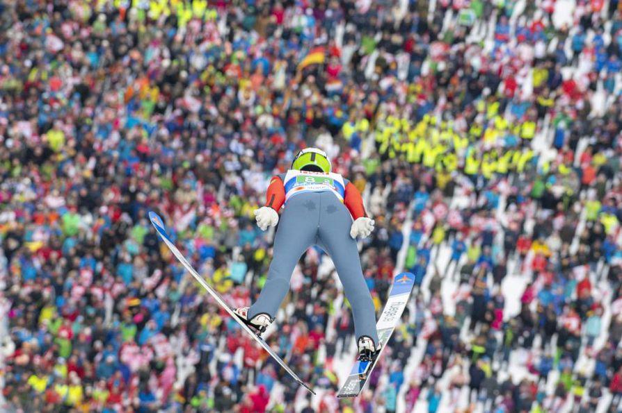 Eero Hirvonen hyppäämässä joukkuekisan mäkiosuudella.