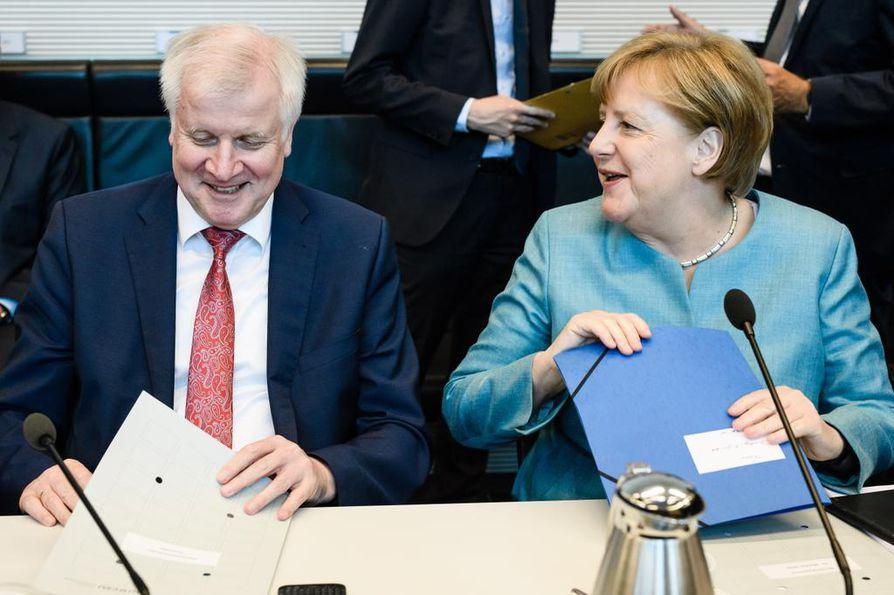 Saksan liittokansleri Angela Merkel ja sisäministeri Horst Seehofer ovat eri mieltä siitä, miten turvapaikkahakemuksia tulisi käsitellä.