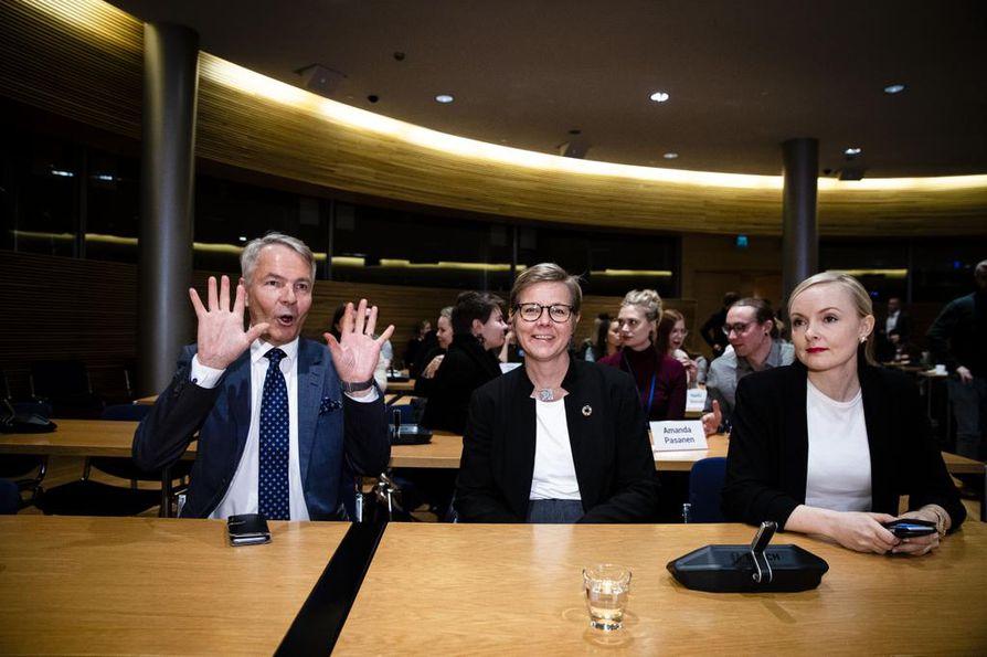 Toimitusministeristön ministerit Pekka Haavisto, Krista Mikkonen ja Maria Ohisalo asettuivat eturiviin vihreiden eduskuntaryhmän ja puoluevaltuuston yhteiskokouksessa maanantaina iltapäivällä.