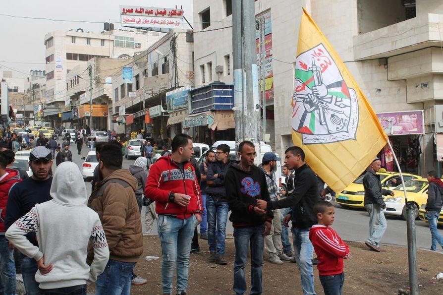 Palestiinalaisten sopu voi lopettaa jakaantumisen Hamasin Gazan ja Fatahin Länsirannan välillä. Mielenosoittajia kerääntymässä Fatahin lipun alle Hebronissa Länsirannalla marraskuussa 2015.