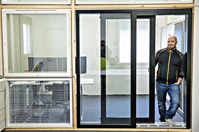 Yhtä ikkunaa lattiasta kattoon – Uudet ikkunat ovat kestäviä ja helppohoitoisia, mutta miten estetään naapuria näkemästä, mitä sisällä tapahtuu?