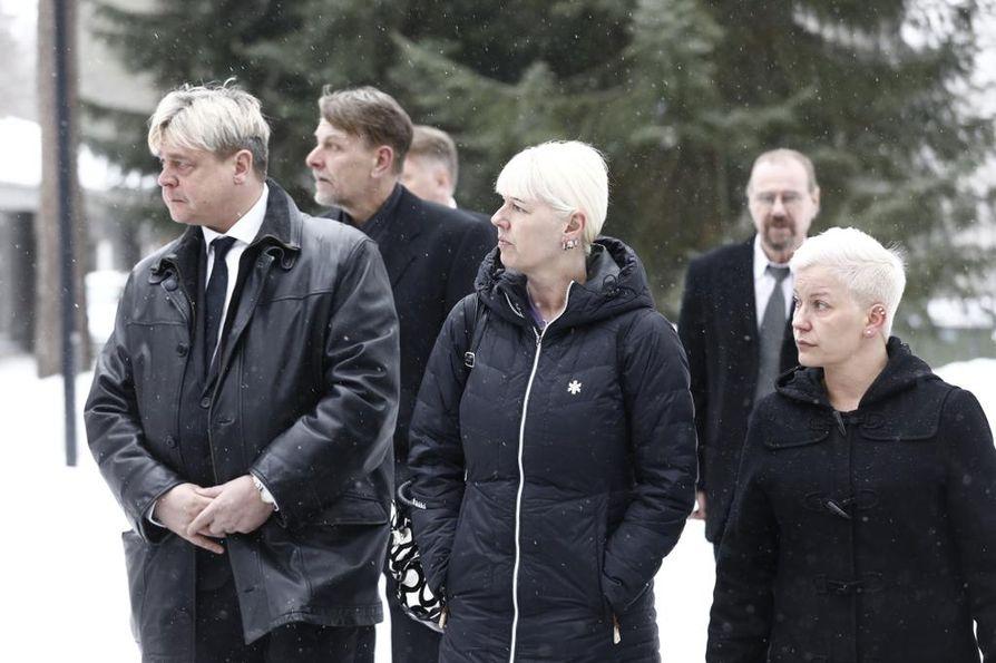 Matti Nykäsen leski Pia Nykänen kuvassa keskellä.