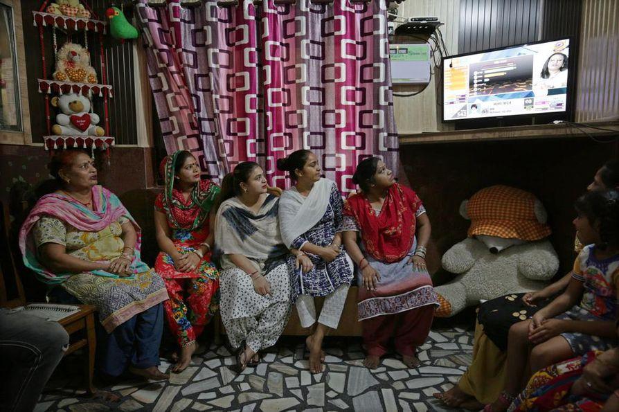 Naiset katsoivat vaalilähetystä sisätiloissa Intian Amritsarissa torstaina.