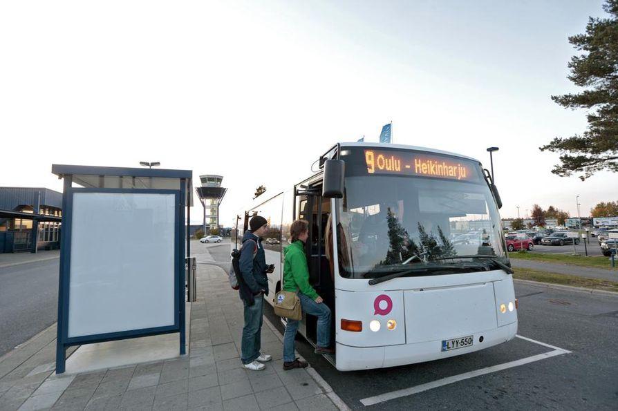 Lentoasemalta keskustaan ajaa myös bussi numero 9.