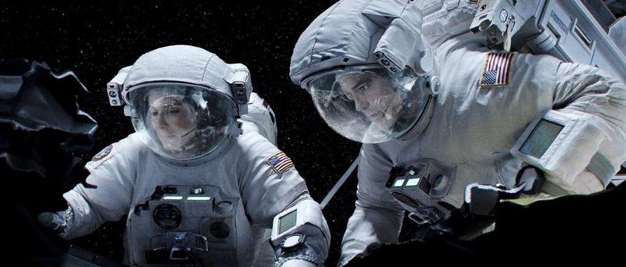 Alfonso Cuarónin avaruustrilleri sai seitsemän Oscaria, muun muassa parhaasta ohjauksesta, ja myös pääosan esittäjä Sandra Bullock oli ehdolla. ¿Hän esittää ensimmäisellä avaruusmatkallaan olevaa tutkijaa, joka saa parikseen veteraaniastronautin (George Clooney).