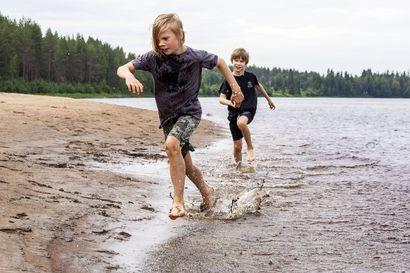 Tätä rantaa ei ehkä enää ole sitten, kun nämä lapset ovat aikuisia –Rovaniemellä vastustettiin vesivoimaa melat ja airot viuhuen