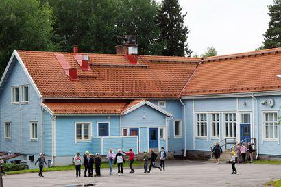 Kaupunginhallitus pani säästöjä toimeen urakalla–Kuntalaisaloite ja adressi luovutettiin pienten koulujen säilymisen puolesta