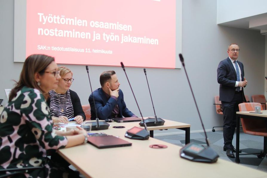 SAK:n Saana Siekkinen (vas.), Pirjo Väänänen, Mikko Heinikoski ja Jarkko Eloranta haluavat työttömille enemmän koulutusta, jotta työttömät työllistyisivät.