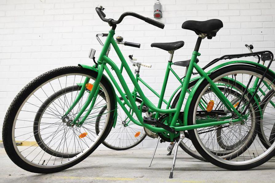 Kuusamon katukuvaan kesäkuun alussa ilmestyneet vihreät kaupunkipyörät häviävät elokuun loppuun mennessä. Tällä hetkellä noin puolet kahdestakymmenestä pyörästä on hukassa tai pahoin rikki.