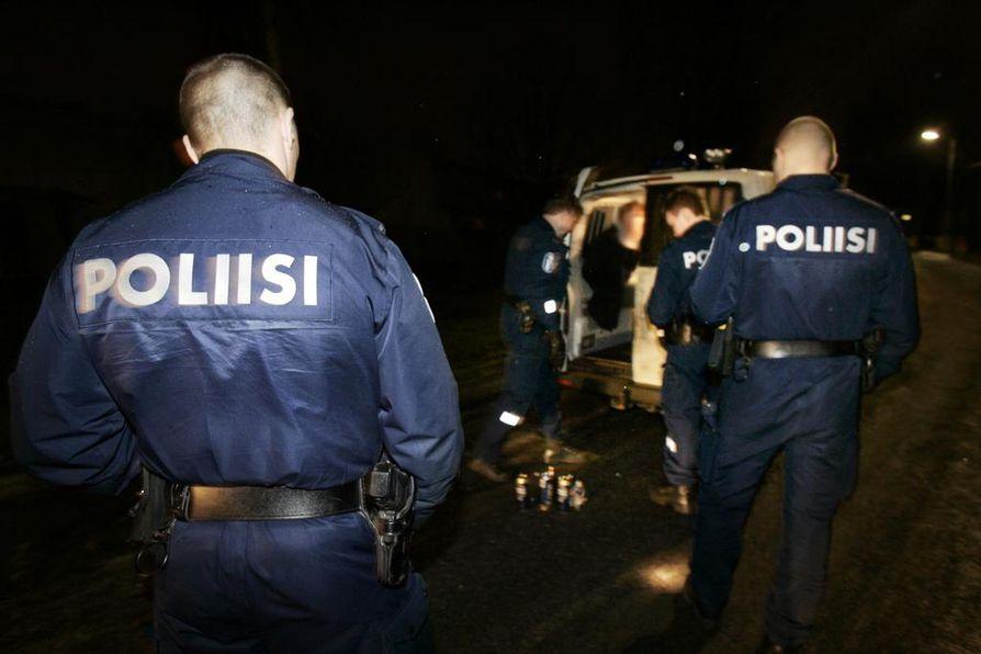 Poliisi joutuu usein setvimään väkivaltaisia välienselvittelyjä.