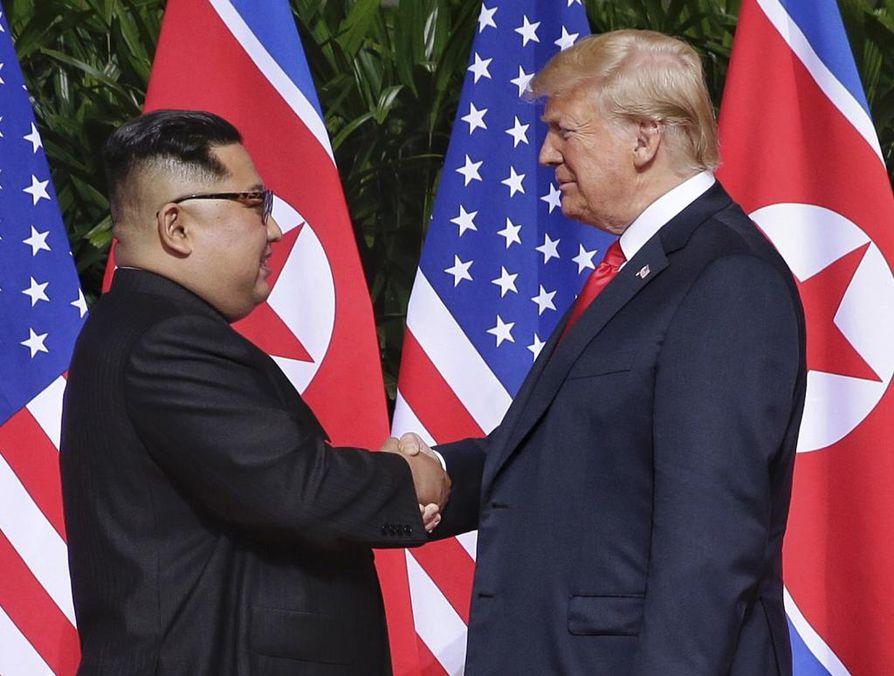 Pohjois-Korean johtaja Kim Jong-un (vas.) ja Yhdysvaltain presidentti Donald Trump tapasivat viime kesäkuussa.