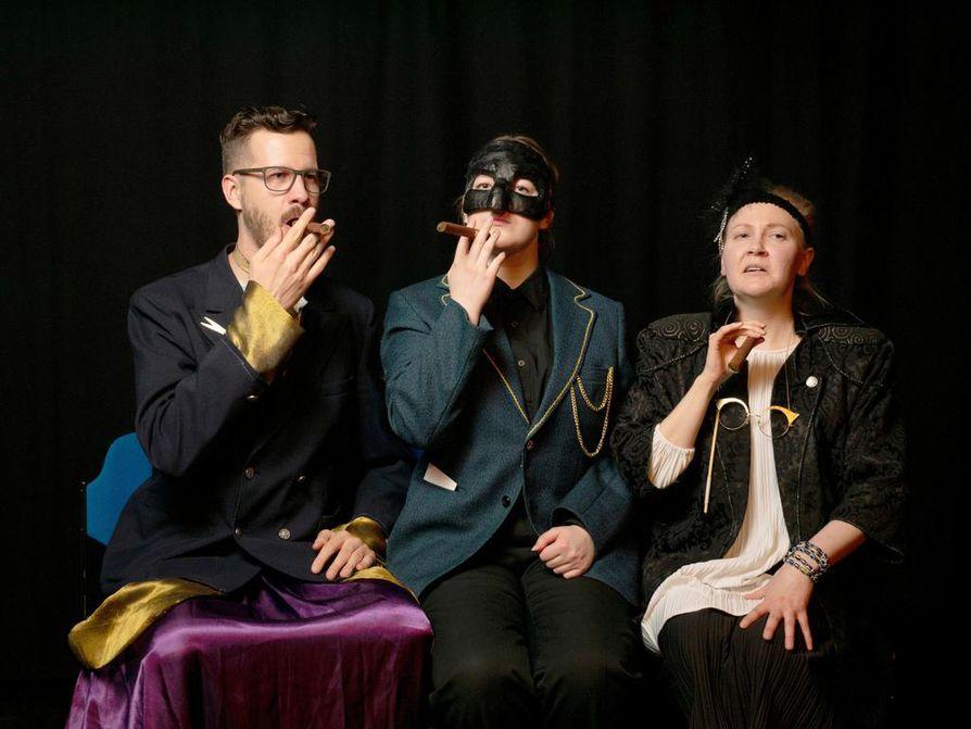 Hyvästä ihmisestä ja tämän tupakkabisneksestä tahtovat palansa kaikki: parturi Su Fu (Pekka Hartikainen) ja rouva Mi Tzy (Anniina Kirstinä). Siksi tarvitaan apuun tiukka serkku Sui Ta (Laura Määttä, keskellä).