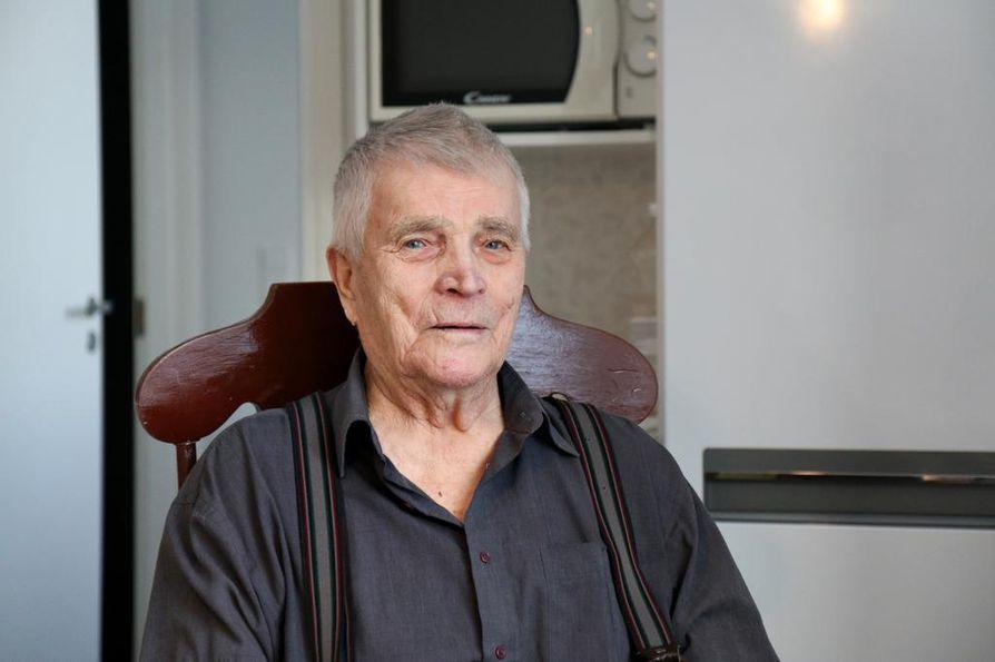 Edesmennyt puoliso kutsui Kalle Sukuvaaraa kokopäiväiseksi veteraaniksi, sillä hän on omistautunut veteraanien hyväksi tehdylle työlle. Veteraanien asioilla hän on ollut paljon poissa kotoa.