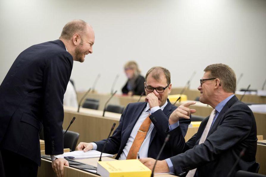 Pääministeri Juha Sipilällä (kesk.), entisellä pääministerillä Matti Vanhasella (kesk.) ja perussuomalaisten eduskuntaryhmän puheenjohtajalla Sampo Terholla oli keskiviikkona hetkittäin hauskaakin eduskunnassa.