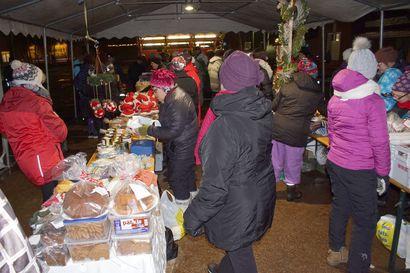 Joulutorin kauppa käynnissä – väkeä alkaa kokoontua joulunavajaisiin