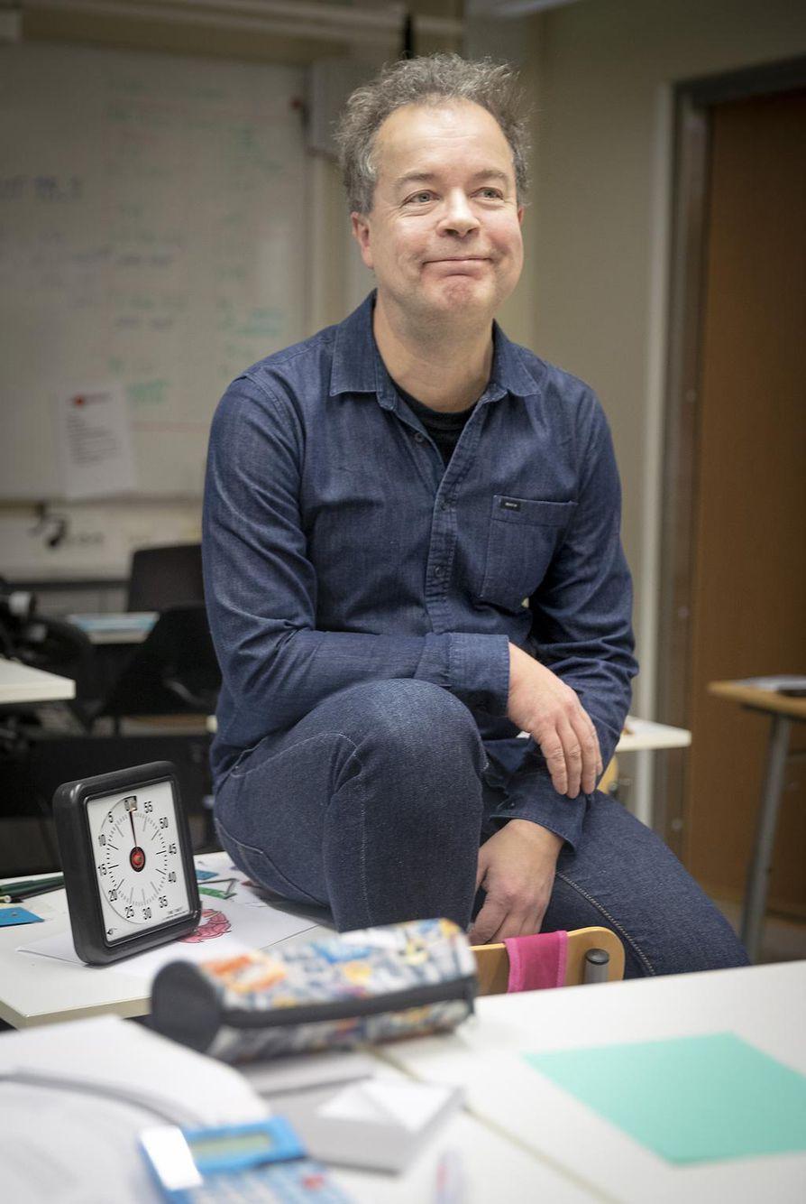 Mikko Rautalin viihtyy työssään sairaalakoulun erityisopettajana. Työtä tehdään tunteella, ja tärkeintä on saada oppilaaseen kontakti.