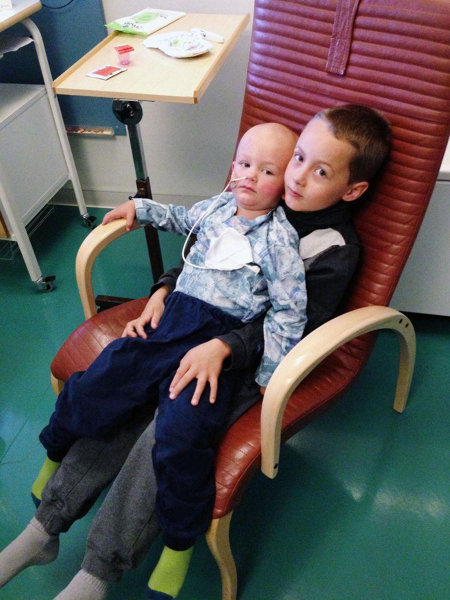 Isoveli Aapo oli tokaluokkalainen perheen esikoinen, kun pikkuveli sairastui. Tässä kuvassa Aapo on kylässä Einon luona.