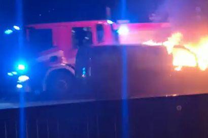 Pakettiauto tuhoutui kuljettajan yllättäneessä tulipalossa Pattijoella – katso lukijan video tulipalosta ja sammutustöistä