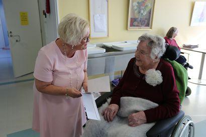 Rovaniemen kaupunki lähetti tervehdyksensä kaupungin vanhimmalle ja nuorimmalle asukkaalle – sukulaisuus ilmeni sattumalta
