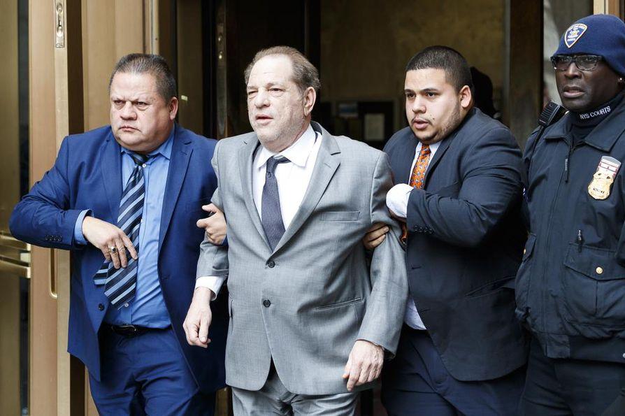 Selkävaivainen Harvey Weinstein (kesk.) joutui käyttämään tukijoita poistuessaan New Yorkin osavaltion korkeimman oikeuden kuulemisesta New Yorkissa viime viikon lopulla.