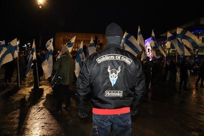 """Ainakin 13 otettu kiinni mielenosoituksissa, poliisin onnistui eristää """"vastakkaiset ryhmät"""" – Kielletyn uusnatsijärjestön osallisuutta selvitetään myöhemmin"""
