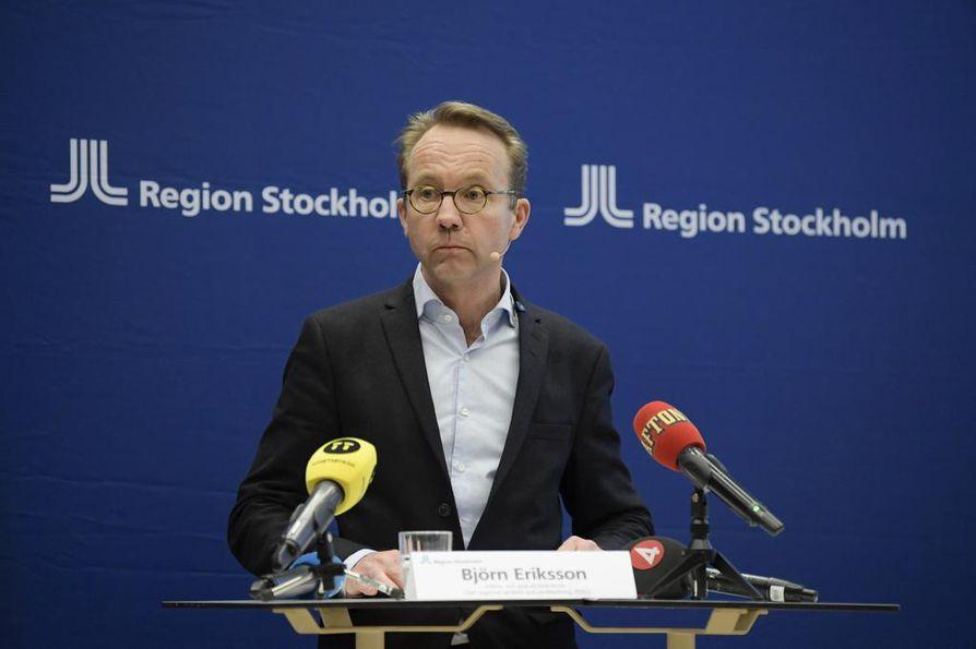 Tukholman alueen terveysjohtaja Björn Eriksson kuvasi koronaviruspandemiaa ainutlaatuiseksi lääketieteelliseksi haasteeksi lehdistötilaisuudessa keskiviikkona.