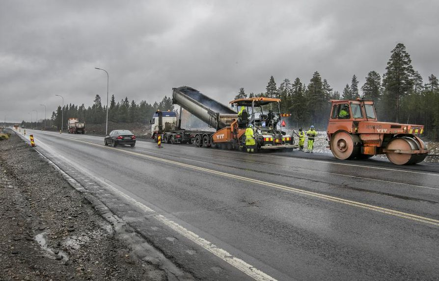Kiiminkijoen ja Iin Räinänperän välillä tehdään vielä viimeisiä päällystetöitä ennen kuin työmaa hiljenee talveksi.