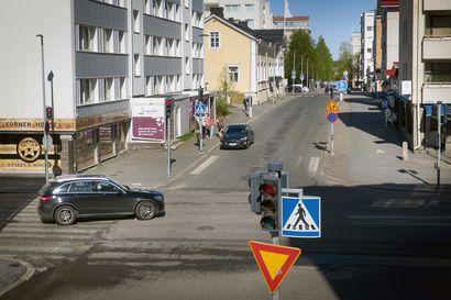 Vielä Asemakadulla törttöilystä saattaa selvitä huomautuksella, pian voi napsahtaa sakko – Näin kesän vähäiset katutyöt näkyvät Oulun keskustassa