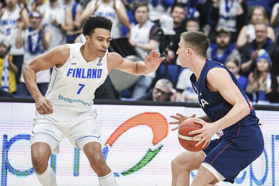 Suomi ei onnistunut ottamaan voittoa Serbiasta EM-avauksessa. Kuvassa Shawn Huff (vas.) ja Aleksa Radanov.