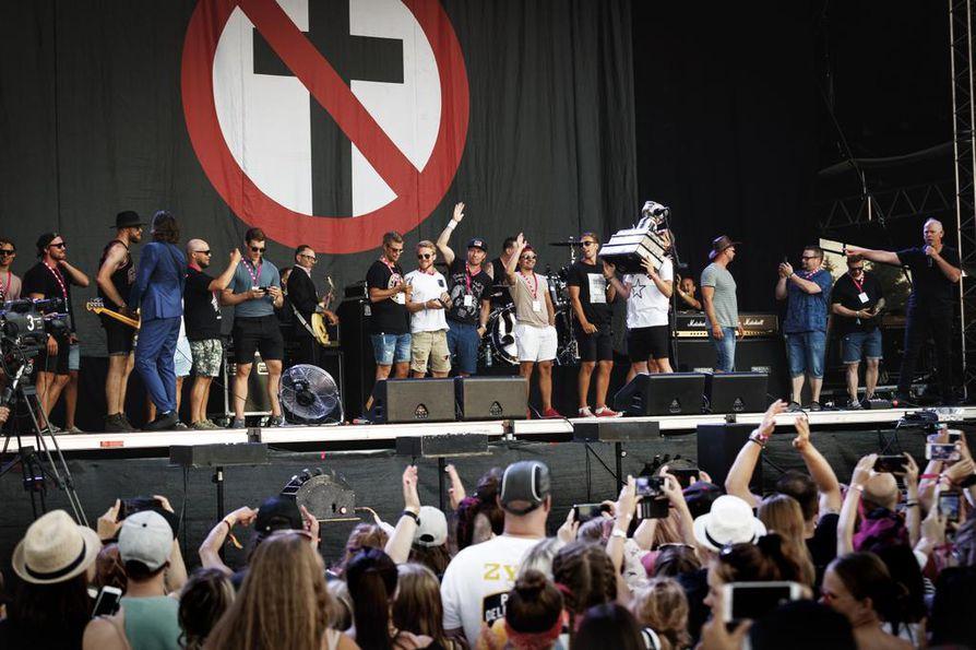 Liuta entisiä ja nykyisiä kärppäpelaajia nousi lavalle Bad Religionin viimeisen kappaleen ajaks
