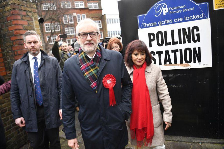 Työväenpuolue Labourin johtaja Jeremy Corbyn on kiistanalainen hahmo. Hän äänesti Lontoossa vaimonsa Laura Alvezin kanssa.