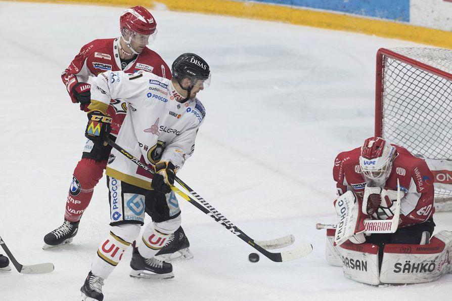 Nicklas Lasu yritti kiekkoa Mika Järvisen taakse maaliin. Takana Sportin Colby Robak.