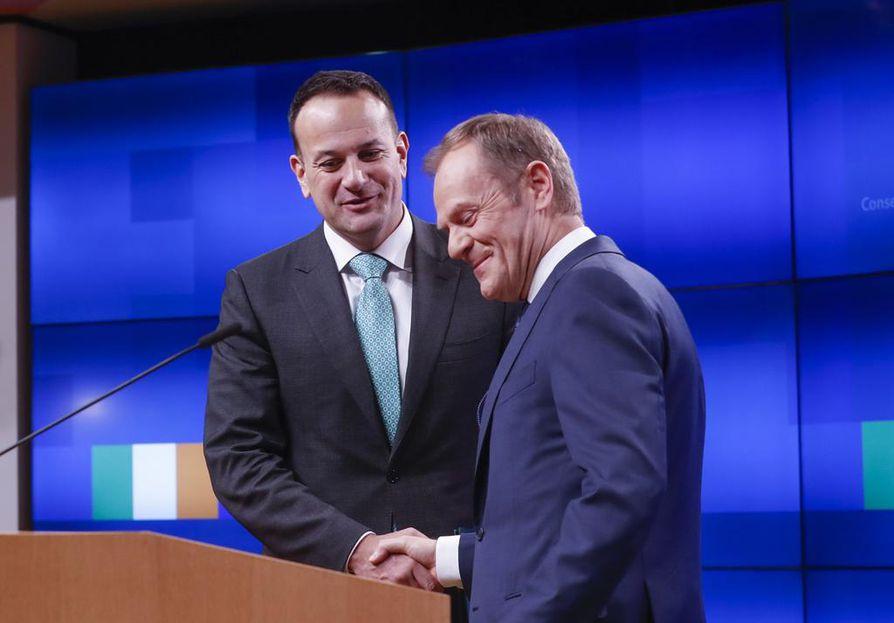 Eurooppa-neuvoston puheenjohtaja Donald Tusk (oik.) pohdiskeli brexitiä ajaneiden kohtaloa Irlannin pääministerin Leo Varadkarin kanssa.