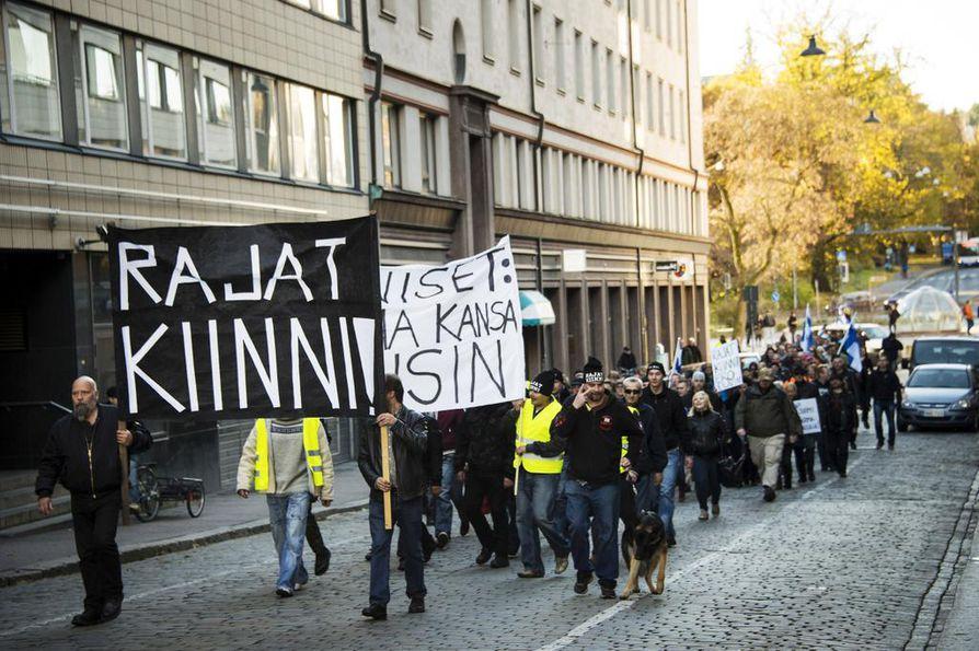"""Vuonna 2015 Rajat kiinni! -kansanliike kokoontui Tampereella YK-päivänä. Liikkeen verkkosivujen alaotsikkona lukee nyt """"Kuinka globalistit tuhoavat Suomea maailmaa valloittaessaan""""."""