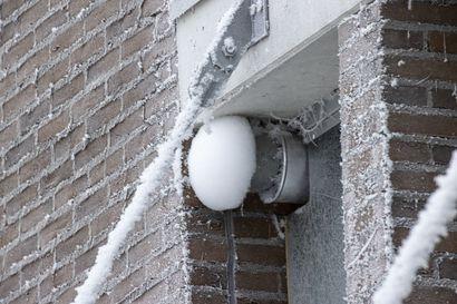 """Vaihteleva sää laittaa ilmanvaihtoventtiilien säleiköt koville: """"Jos haluaa varmistaa, etteivät venttiilit jäädy, täytyy poistaa hyttysverkot"""""""
