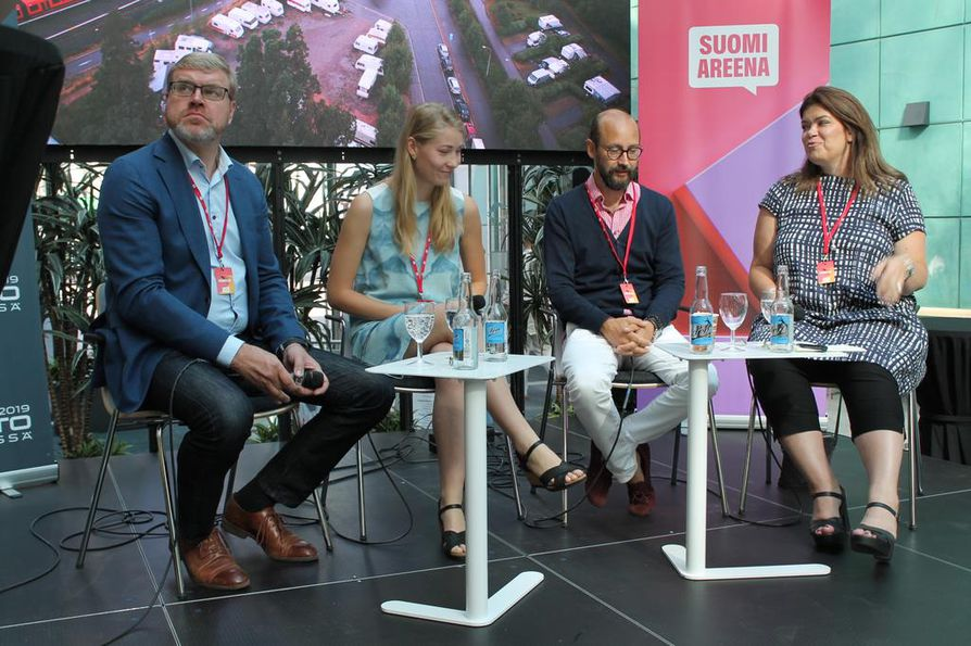 Pasi Nieminen (vas.), Sonja Heikkilä, Tero Kallio ja Laura Rissanen pohtivat autoilun tulevaisuutta Suomi-Areena -keskustelussa. He eivät uskoneet sähköautojen nopeaan yleistymiseen.
