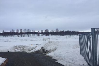 Kuusamon urheilukentällä vielä riittää lunta, toiveet jalkapallokaudesta elävät kirkkaana