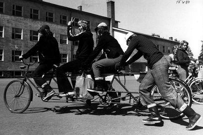Vanhat kuvat: Pyöräilijät olivat osa Oulun katukuvaa jo 40-luvulla, Tuiran koulupojat hassuttelivat itse rakentamallaan tuplatandemilla 1974