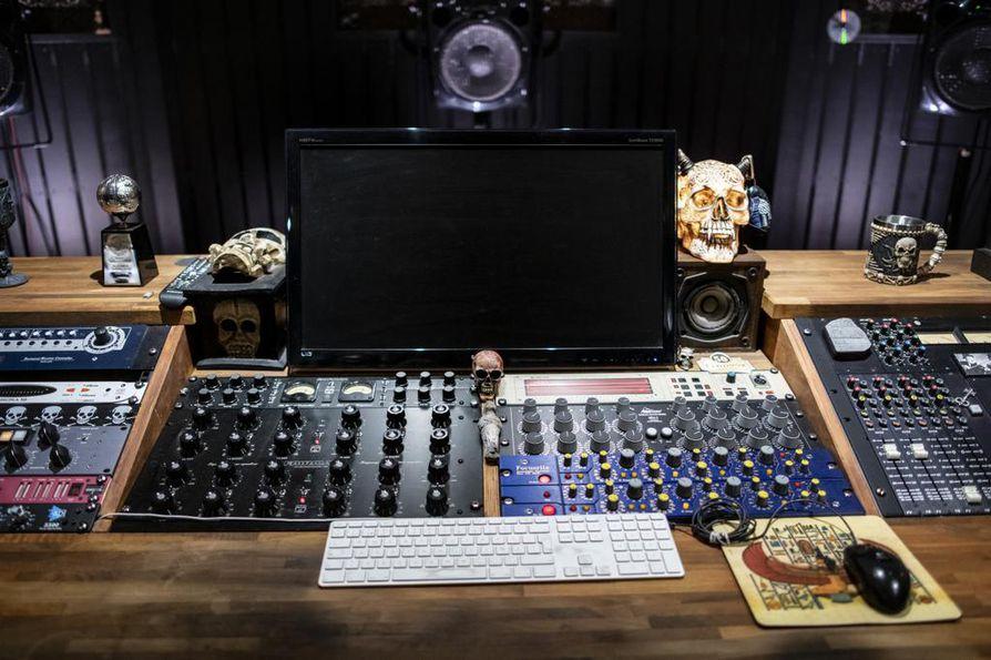 Mika Jussila on sisustanut studion tyylillä, joka sopii ympäri maailman tunnetulle raskaan musiikin masteroijalle.