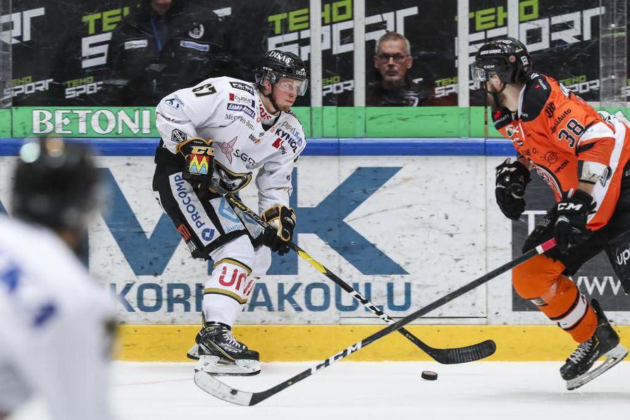Oululaisten ykkösketjussa pelannut Jasper Lindsten iski lauantaina kaksi maalia tärkeään paikkaan.
