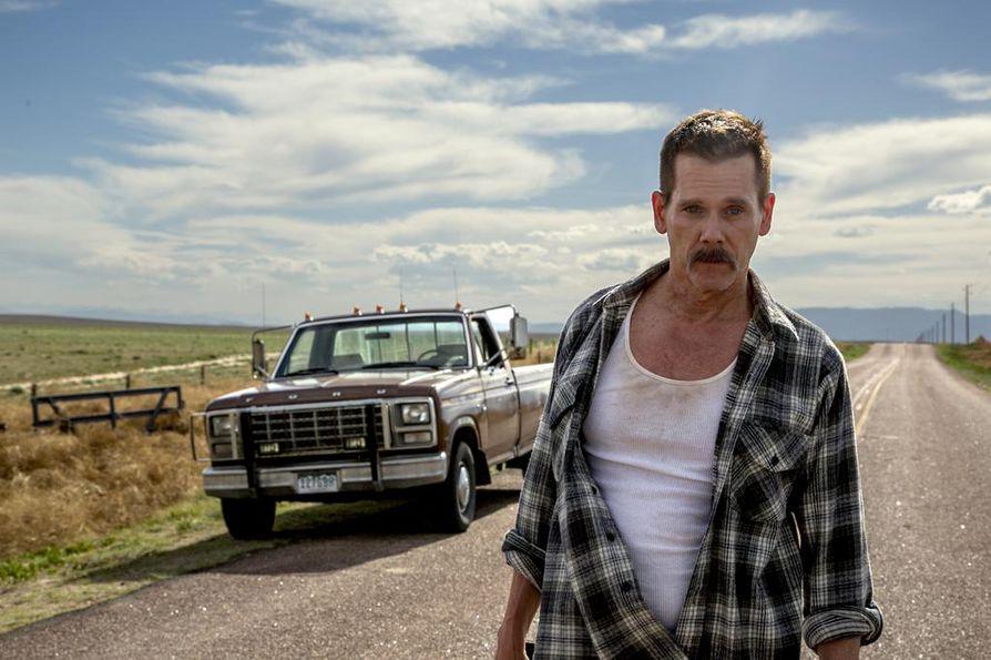 Pikkupojat lähtevät karkumatkalle ja löytävät hylätyn poliisiauton. Sheriffi Kretzerin roolissa nähdään Kevin Bacon.