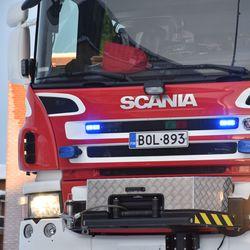Oulussa Posanlenkillä sijaitsevassa autokorjaamossa syttyi uhkaava tulipalo – kolme autoa tuhoutui täysin