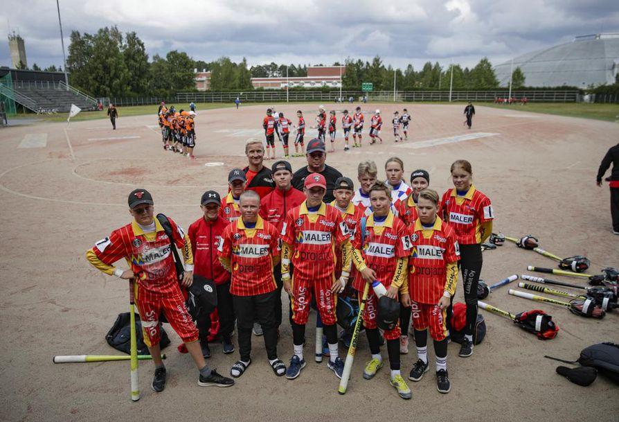 Ylivieskan Kuulan D-poikien joukkuetta vahvistaa myös kolme seuran D-ikäistä tyttöä. Joukkueen pelinjohtajan Olli Kippolan (vas. takarivi) mukaan kuvio on tuttu jo aiemmilta vuosilta.