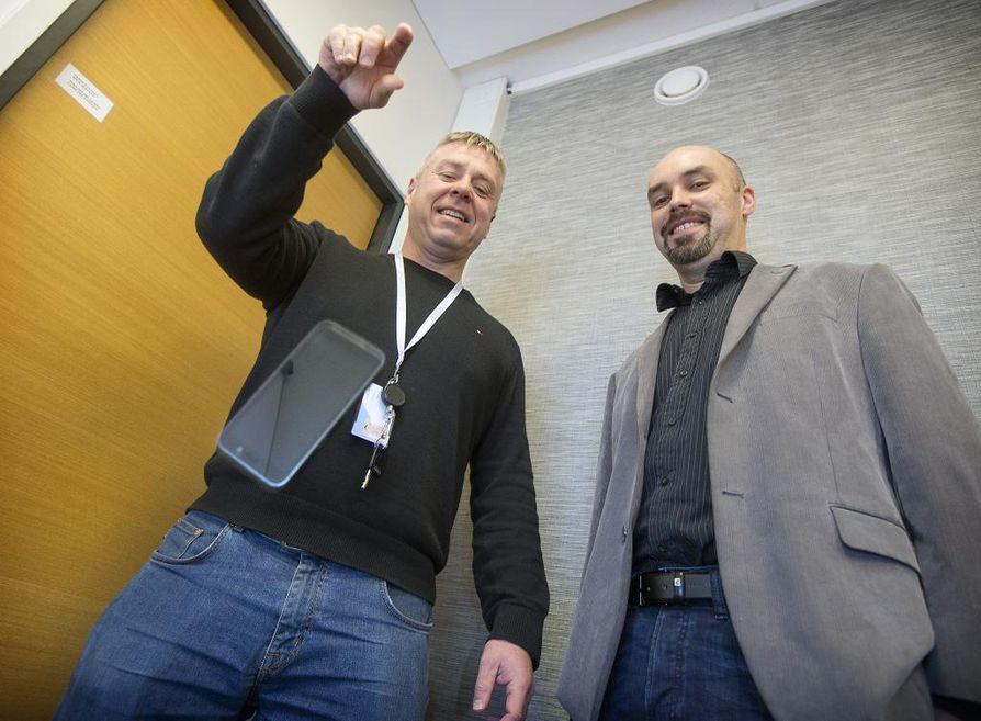 Bittiumin toimitusjohtaja Hannu Huttunen (vas.) pudottaa tietoturvallisen älypuhelimensa ties monettako kertaa lattialle eikä Special Devices -sektorin johtaja Tero Savolainen huolestu yhtään.