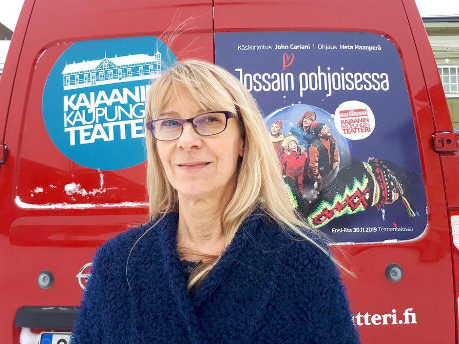 – Jos meidän pitää tinkiä jostain, niin me tingitään tiloista, mutta ei toiminnasta ja henkilökunnan määrästä, Kajaanin kaupunginteatterin johtaja Helka-Maria Kinnunen sanoo.
