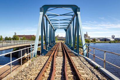 Väylävirasto rakentaa Veitsiluotoon miljoonilla euroilla uuden rautatiesillan, vaikka tehdas suljetaan