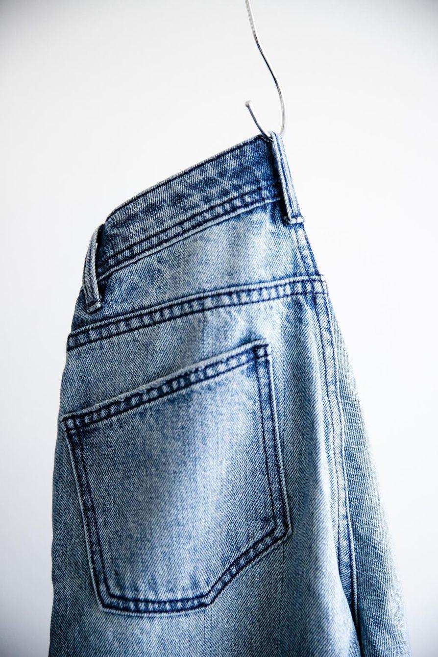 Tekstiilijätteestä tehdystä kuidusta valmistetut farkut.