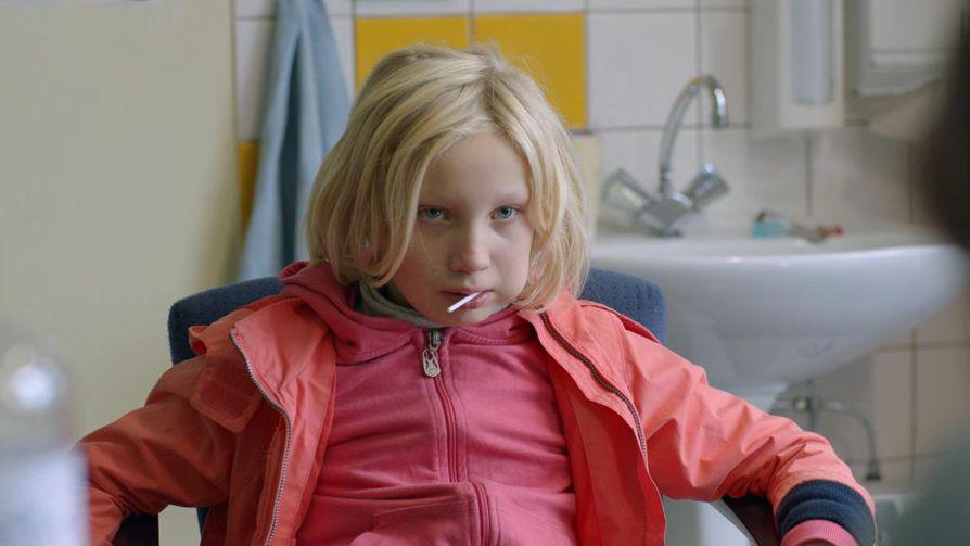Helena Zengel näyttelee psyykkisesti oireilevaa Benny-tyttöä elokuvassa System Crasher.